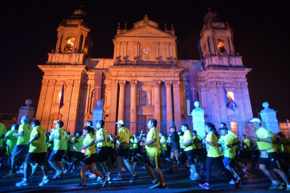 El paso por la Catedral fue otro de los puntos más llamativos de la carrera. (Foto: Wilder López/Soy502)