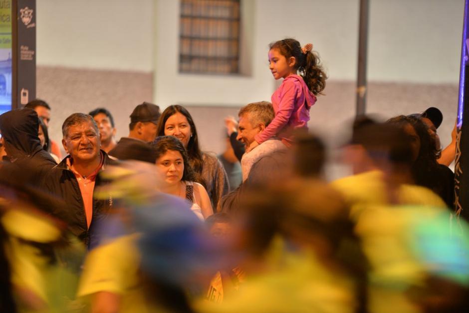 Grandes y pequeños, los espectadores también le dieron vida a la quinta edición de la 10K. (Foto: Wilder López/Soy502)