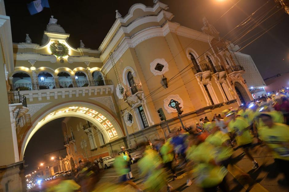 Los miles de corredores pasaron a un costado del edificio de Correos en la zona 1. (Foto: Wilder López/Soy502)