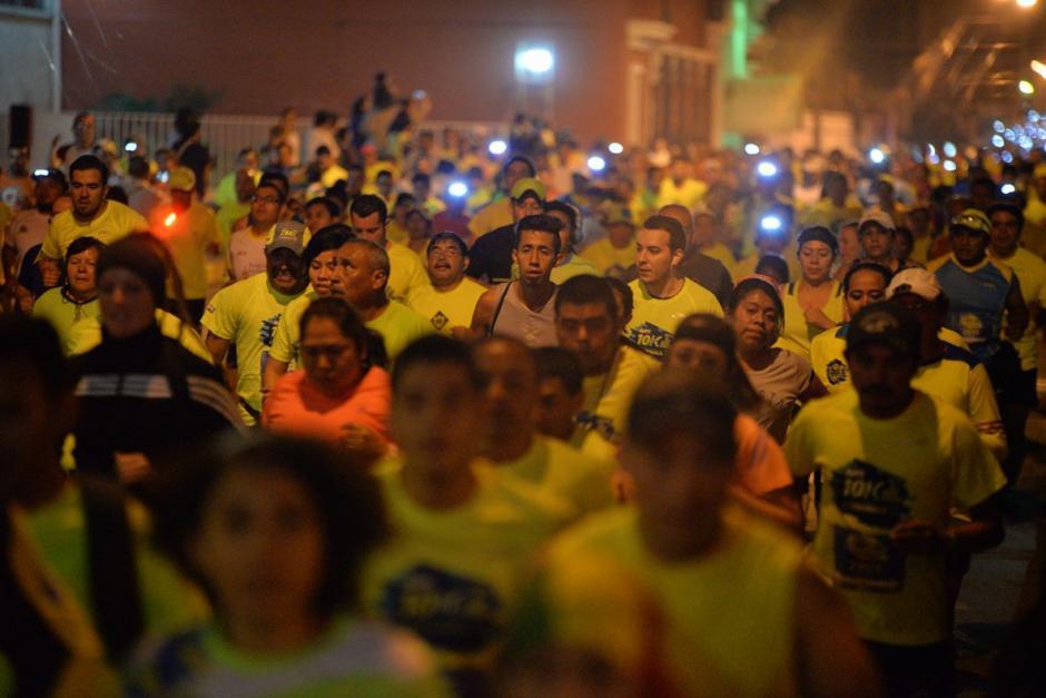 Los corredores durante el paso por la séptima avenida de la zona 1. (Foto: Wilder López/Soy502)