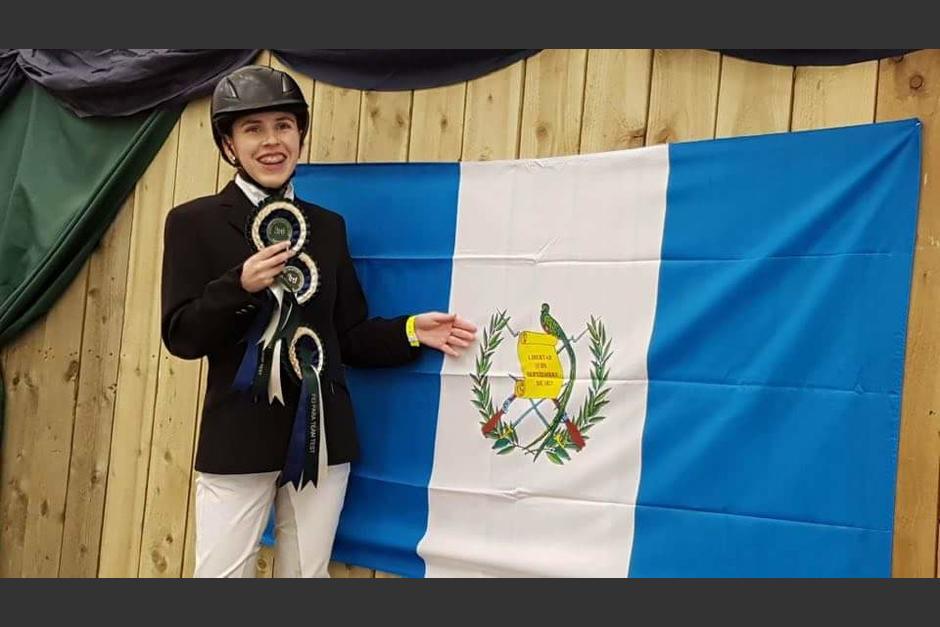 Marcella Marton posa con su medalla y la bandera de Guatemala. (Foto: ANEG)