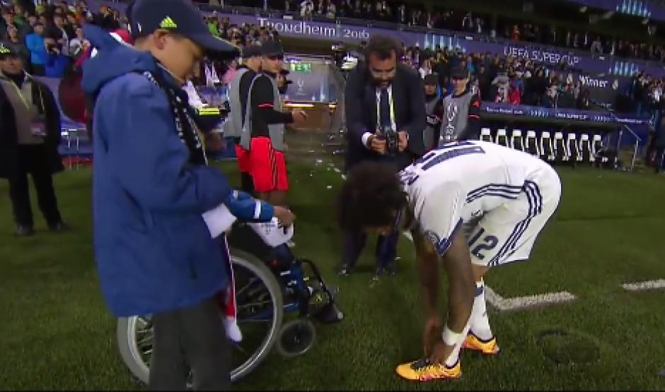Marcelo se quitó los zapatos con los que ganó la Supercopa de Europa y se los regaló a los pequeños. (Foto: Captura de video)