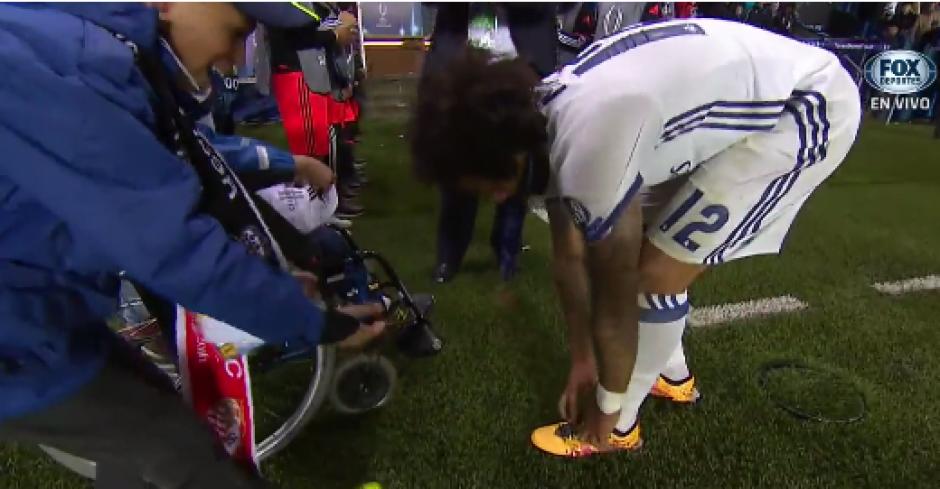 Tras firmarles las camisetas, Marcelo les quería dar un regalo muy especial. (Foto: Captura de video)