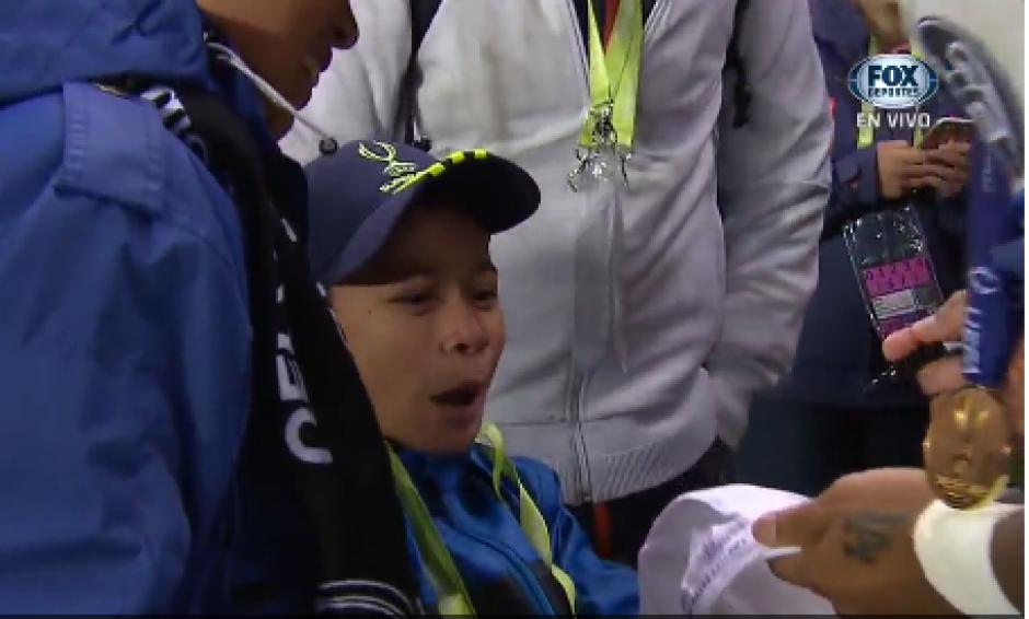 Este niño no salía del asombro al estar tan cerca de Marcelo. (Foto: Captura de video)