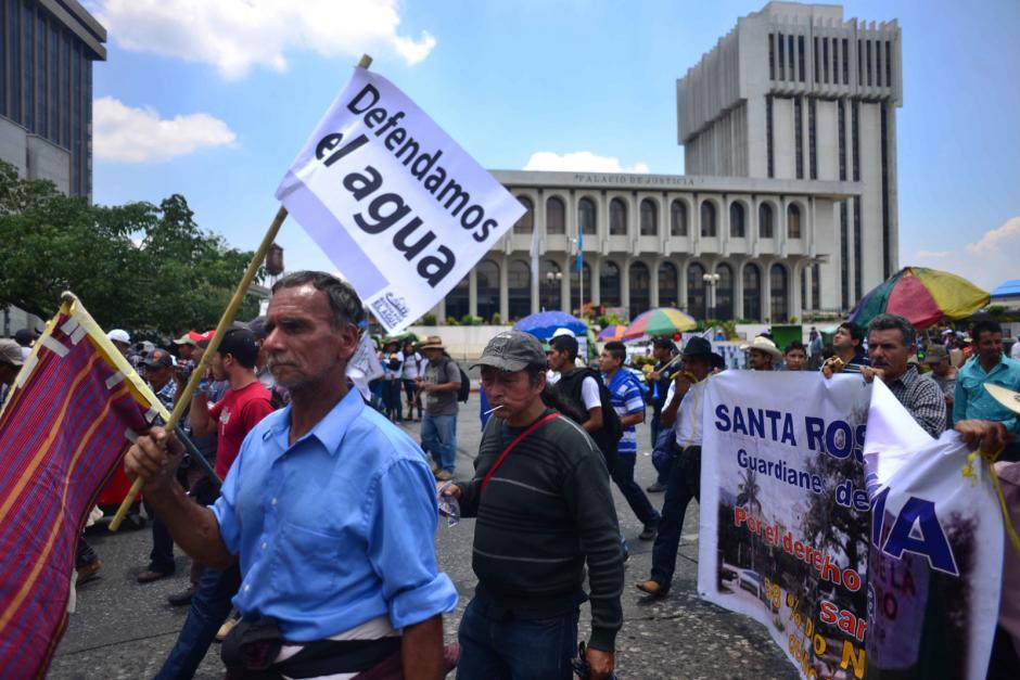 Con pancartas las personas se hacen sentir en la marcha por el agua. (Foto: Jesús Alfonso/Soy502)
