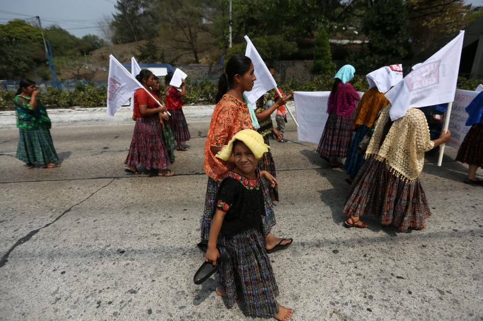 Mujeres y niños acompañaron la marcha. (Foto: EFE)