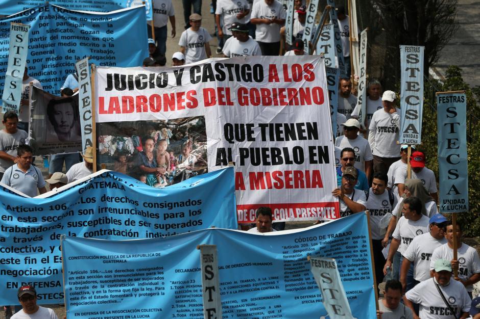Algunos participantes plasmaron sus demandas en pancartas. (Foto: EFE)