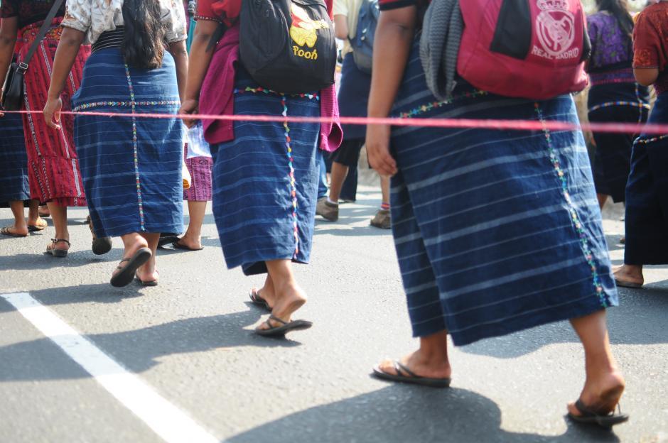 Familias completas han caminado desde muy lejos para pedir regulación del agua. (Foto: Alejandro Balán/Soy502)