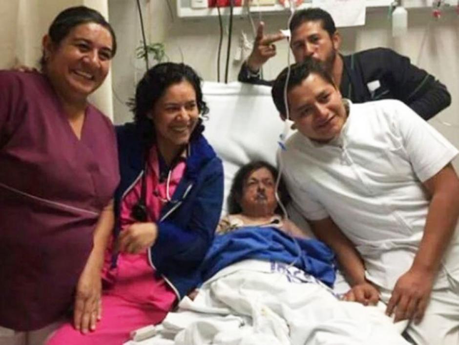 La foto que causó polémica: Los enfermeros posaron con el actor, a pesar de su estado de salud. (Foto: Excelsior)