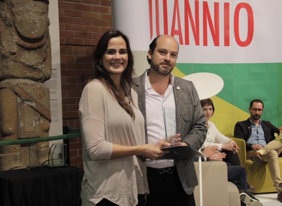 María Alejandra González recibiendo el tercer lugar. (Foto: Burson-Marsteller)