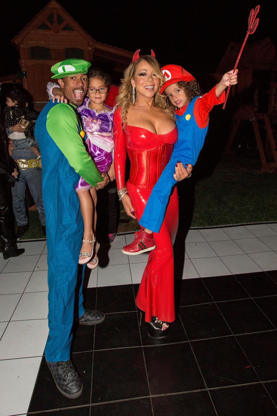 Todos estaban debidamente vestidos para una fiesta que dio en su casa en LA. (Foto: Quién)