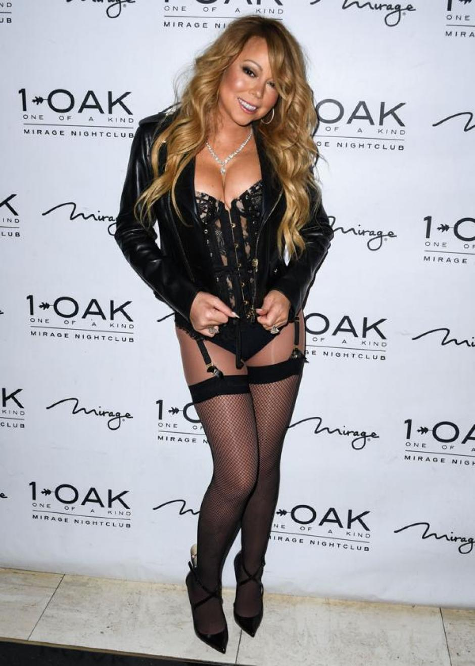 "Carey lució sus piernas con un look estilo Liza Minelli en ""Cabaret"". (Foto: Infobae)"