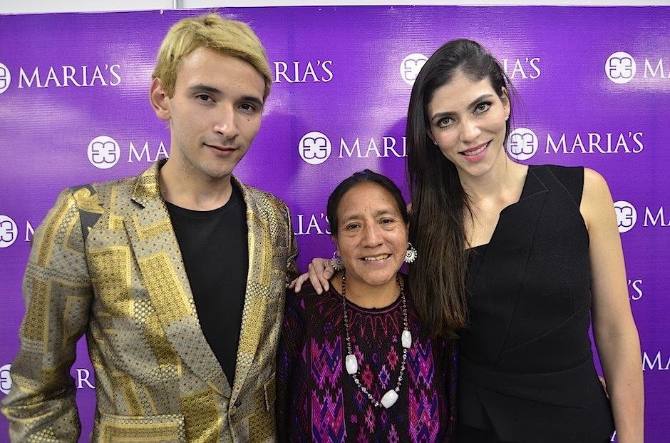 Edgar Navarro (director creativo), Juana Xiloj (tejedora) y Alida Boer (Fundadora de Maria's Bag) fueron parte de esta fiesta. (Foto: Selene Mejía/Soy502)