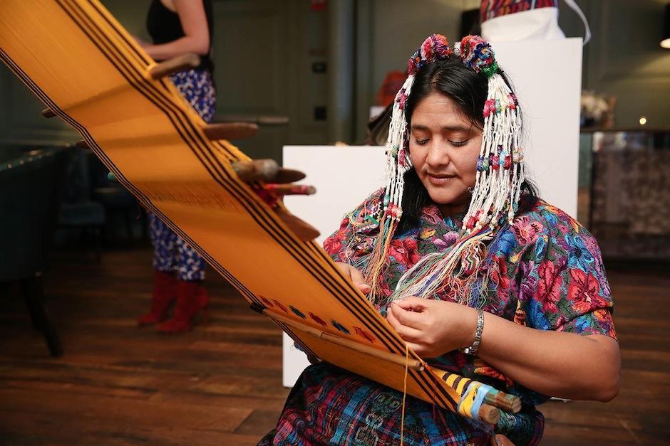 Nancy Marlene González, artesana de San Antonio Aguas Calientes, muestra sus obras de arte en la presentación de María's Bag. (Foto: NY Trendy Moms)