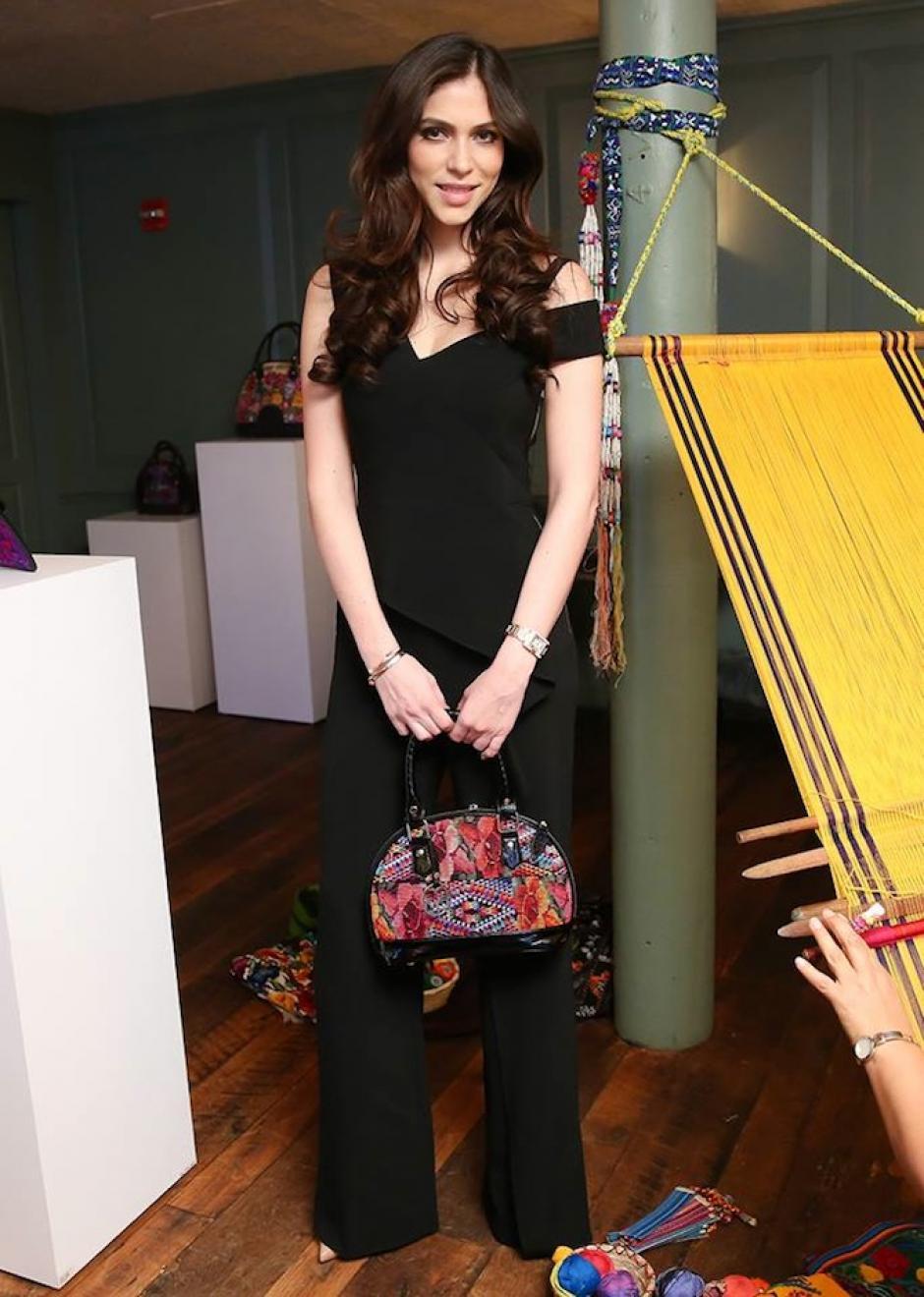 Alida Boer, fundadora de María's Bag luce uno de sus diseños. (Foto: NY Trendy Moms)