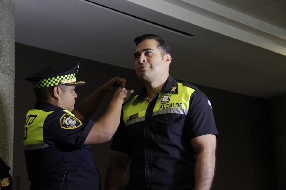 Dentro de la ceremonia, se invistió a Neto Bran como Comandante Superior de Emixtra. (Foto: Fredy Hernández/Soy502)