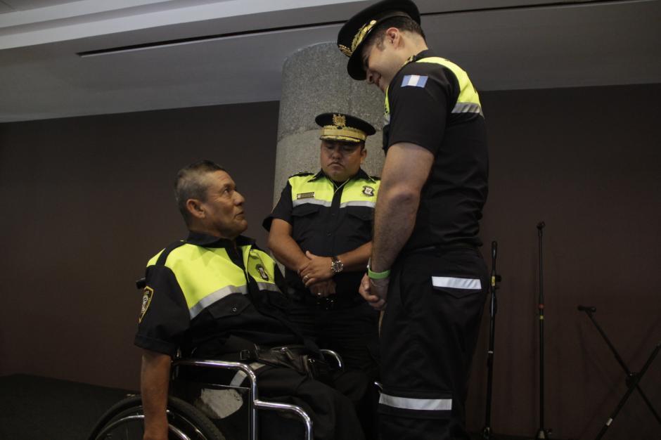 El alcalde de Mixco lo saludó y felicitó por su ejemplo de superación. (Foto: Fredy Hernández/Soy502)