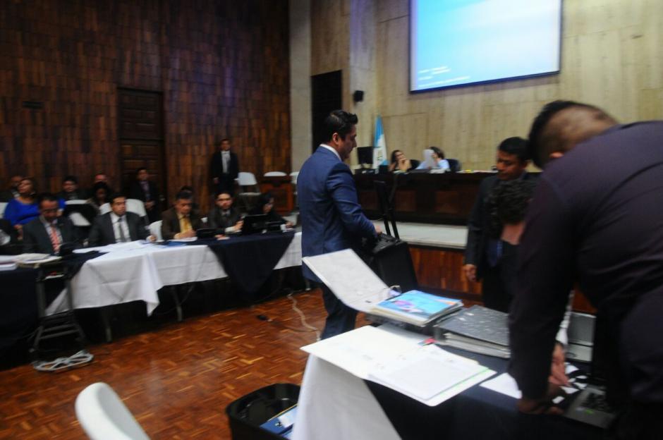 Mario Cano llevó consigo varios documentos. (Foto: Alejandro Balan/Soy502)