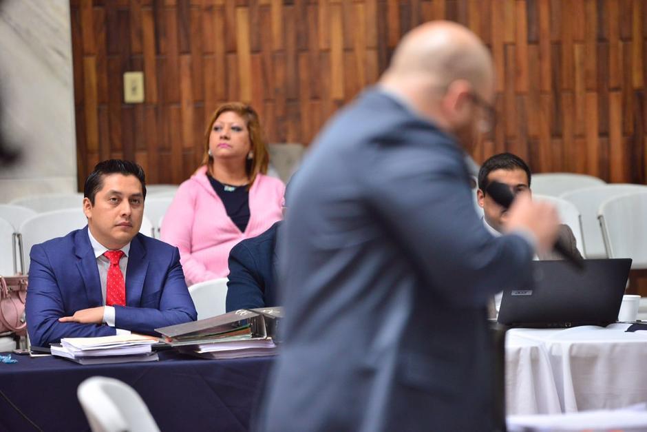 Mario Cano escucha a su abogado defensor. (Foto: Jesús Alfonso/Soy502)