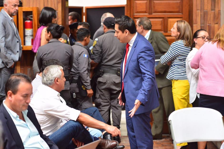 Los exmandatarios parecen reclamar sobre alegatos de su defensa. (Foto: Jesús Alfonso/Soy502)