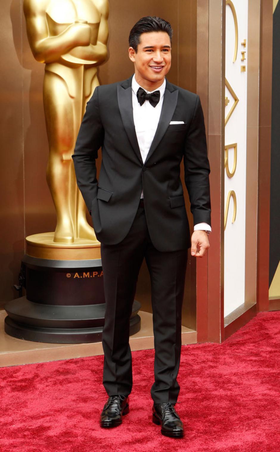 Mario Lopez es de los primeros actores en llegar a la gala. Utiliza un traje muy tradicional y clásico en blanco y negro. (Foto: E!)