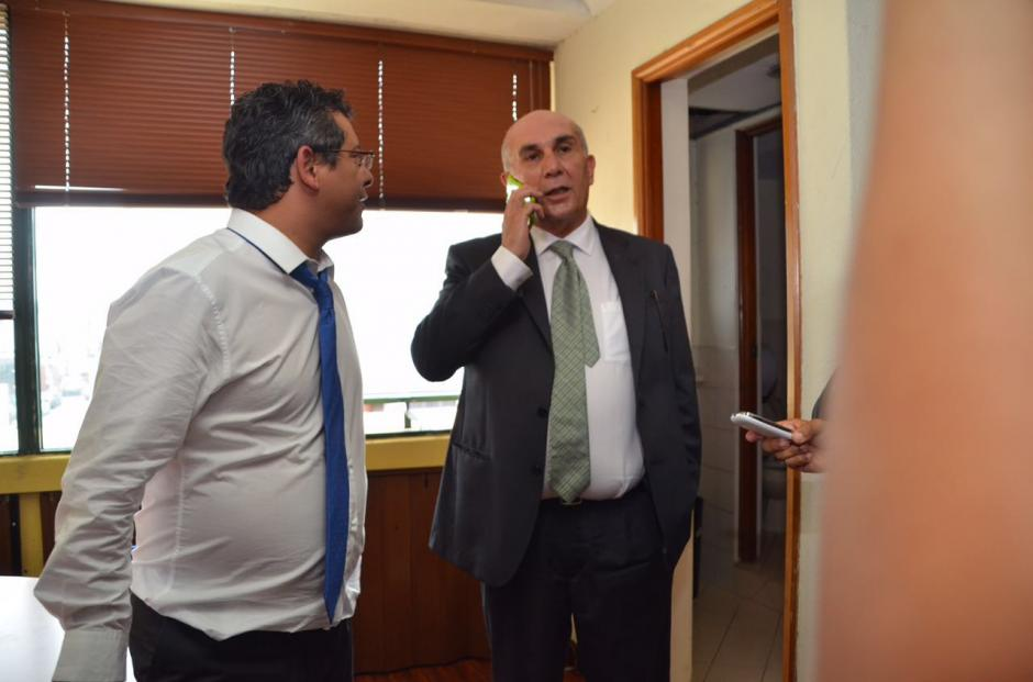 Los diputados Marvin Orellana y Mario Taracena forcejearon por la oficina. (Foto: cortesía José Castro)