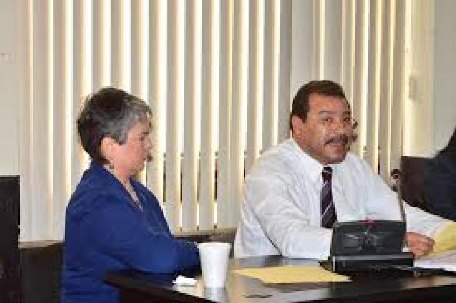 El abogado defensor de la acusada explica ante el tribunal de sentencia. (Foto: Jesús Alfonso/Soy502)