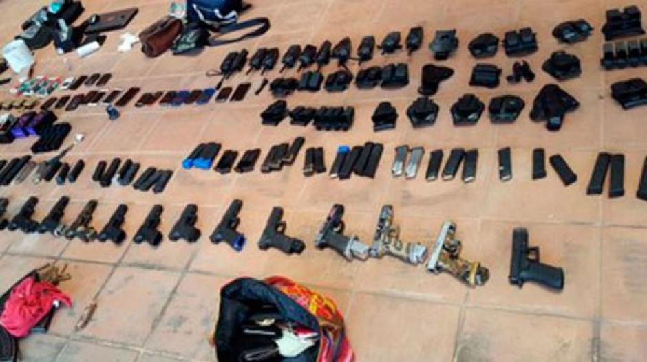 Diversidad de armas fueron localizadas en el cateo efectuado en ruta a El Salvador. (Foto: Archivo)
