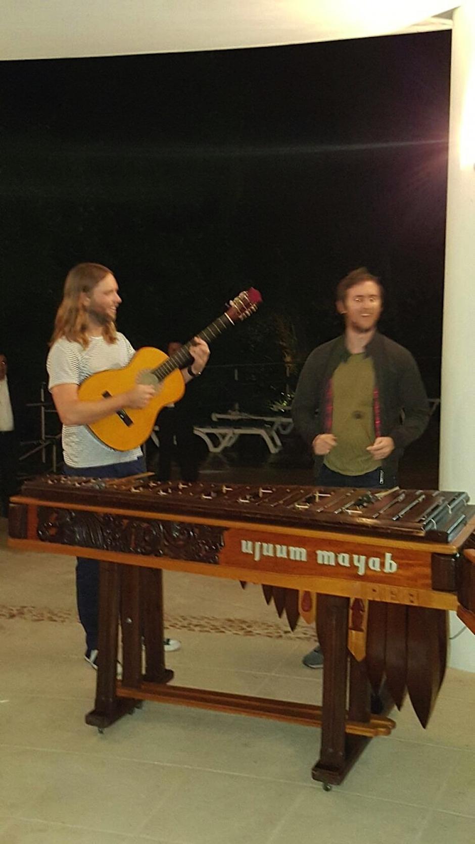 Los músicos disfrutaron un momento conociendo la marimba en el hotel Bolontiku, donde se hospedaron. (Foto: Soy502)