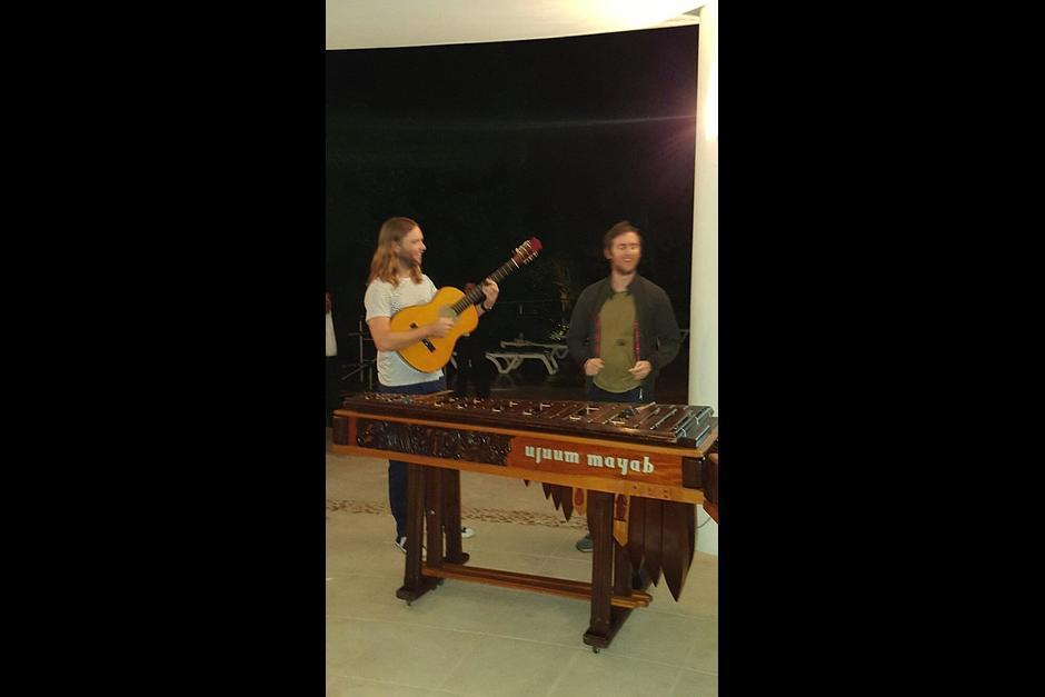 Los músicos disfrutaron un momento conociendo la marimba en el hotel Bolontiku. (Foto: Soy502)