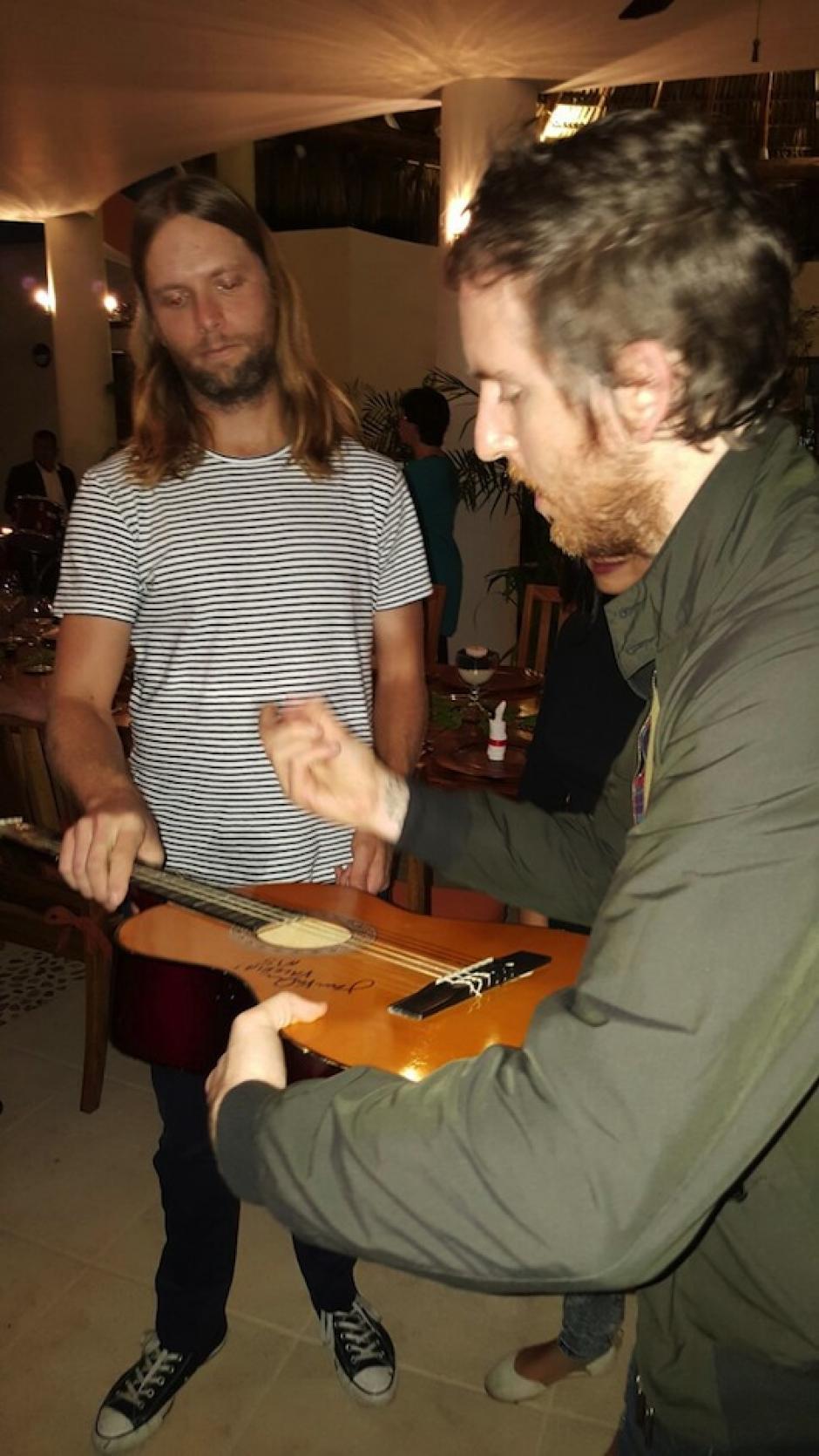 James Velantine y Jesse Carmichael, integrantes de la banda de rock Maroon 5, firman autógrafos a sus fanáticos en su estadía en Guatemala. (Foto: Soy502)