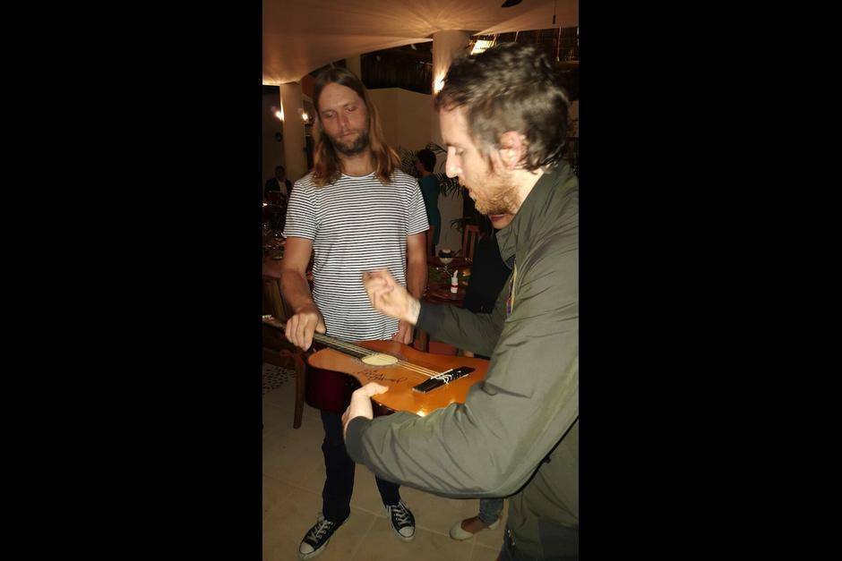 James Velantine y Jesse Carmichael, integrantes de la banda de rock Maroon 5, firman autógrafos en Guatemala. (Foto: Soy502)