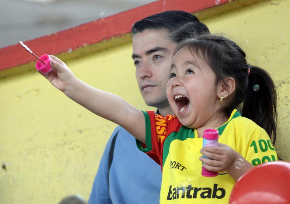 Esta pequeña niña disfrutó a su manera en los graderíos del Marquesa de La Ensenada.(Foto: Diego Galiano/Nuestro Diario)