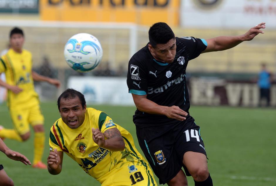 Rafael Morales le gana la pelota a Kevin Norales. (Foto: Diego Galiano/Nuestro Diario)