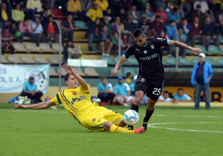 """El """"Canche"""" Rodríguez pelea la pelota con Jorge Aparicio en el medio campo.(Foto: Diego Galiano/Nuestro Diario)"""
