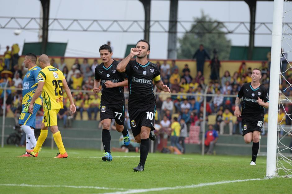 """El """"Moyo"""" Contreras anotó dos veces en el triunfo de Comunicaciones visitando a Marquense. (Foto: Sergio Muñoz/Nuestro Diario)"""