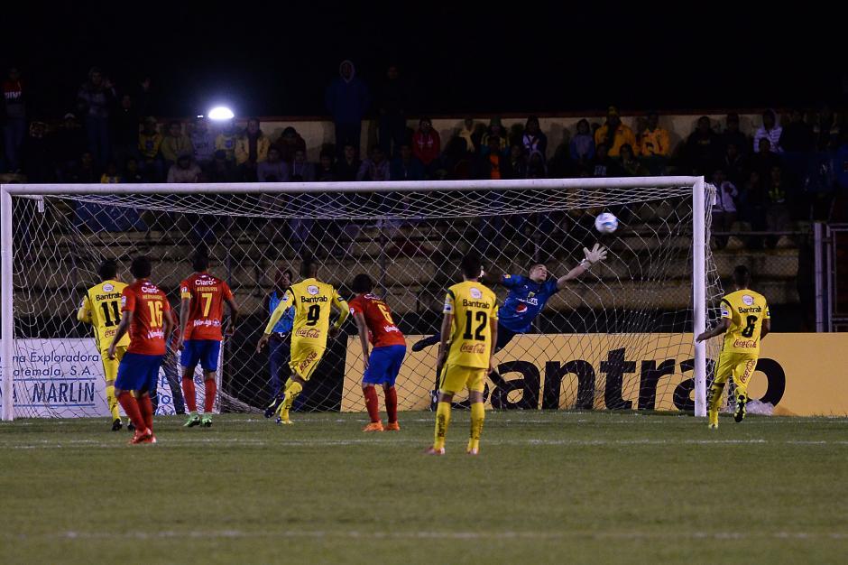 """Mario el """"Toro"""" Castellanos hizo doblete ante los Rojos, uno de tiro libre y otro de penal.(Foto: Sergio Muñoz/Nuestro Diario)"""