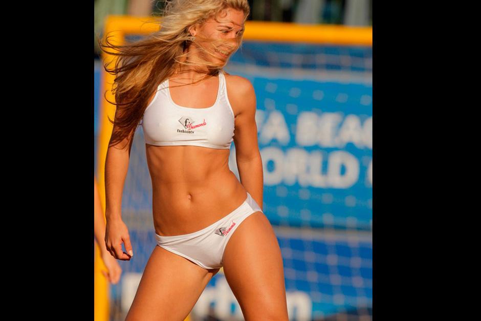 Marta Gotera cautiva a todos con sus sensuales pasos de baile sobre la arena
