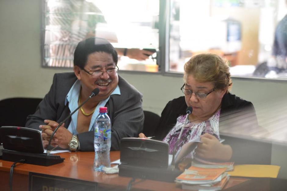 La jueza Martha Sierra con su abogado defensor al momento de escuchar los motivos de su detención. (Foto: Jesús Alfonso/Soy502)