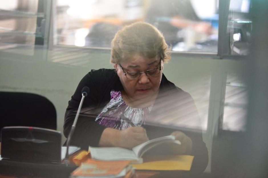 La jueza Martha Sierra analiza los documentos que utilizará en su defensa. (Foto: Jesús Alfonso/Soy502)