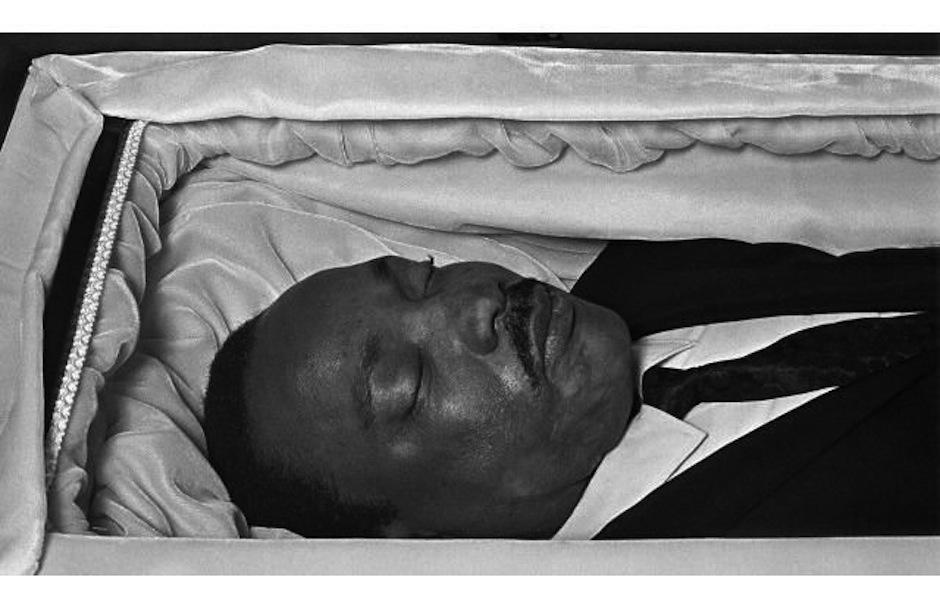 Tras su asesinato, el cuerpo de Martin Luther King fue exhibido en una caja de bronce donde los dolientes presentaron sus respetos al líder de los derechos civiles. (Foto: Pinterest)