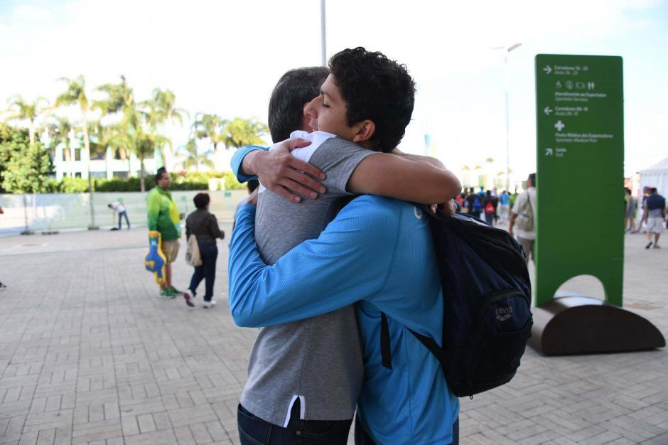 Abrazo del alma. Don Miguel Martínez saludó efusivamente a su hijo, Luis Carlos. (Foto: Aldo Martínez/Enviado de Nuestro Diario)