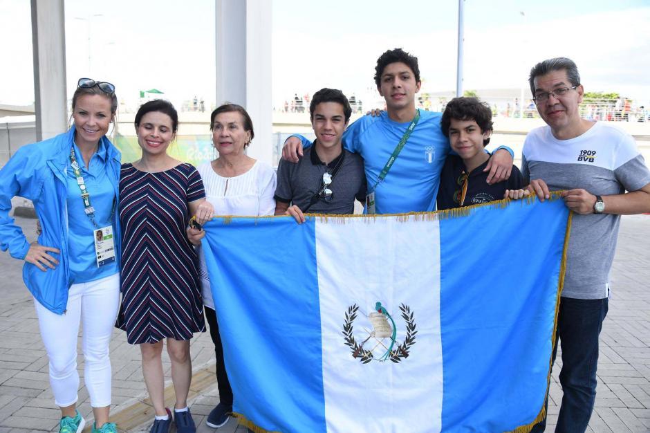 La familia de Luis Carlos y su entrenadora Lauren, de Estados Unidos. (Foto: Aldo Martínez/Enviado de Nuestro Diario)
