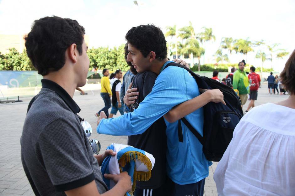 Abrazo con sus hermanos Rodrigo y Andrés. (Foto: Aldo Martínez/Enviado de Nuestro Diario)