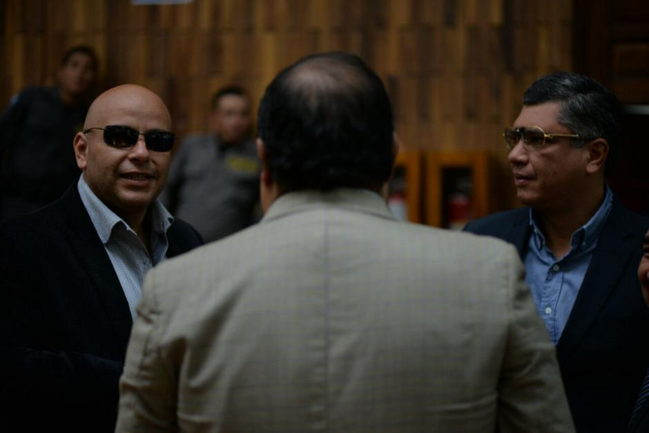 El exfuncionario mostró los lentes a personas de su equipo de defensa. (Foto: Wilder López/Soy502)
