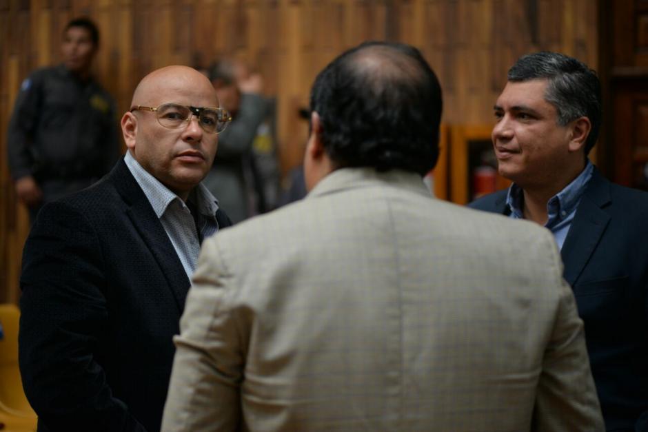 Gustavo Martínez observa como le quedan los lentes a la otra persona. (Foto: Wilder López/Soy502)