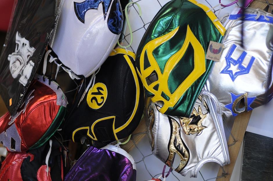 Las máscaras de luchadores mexicanos son una oda a los viajes de Guisela por el país vecino. (Foto: Esteban Biba/Soy502)