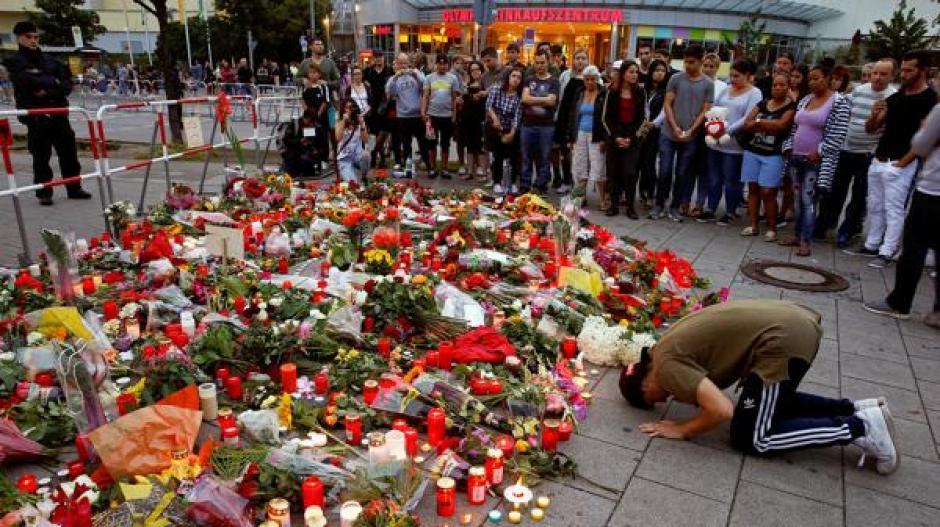 Cientos de familiares se reunieron frente al lugar del ataque para dejar un recuerdo en nombre de las víctimas. (Foto: Reuters)