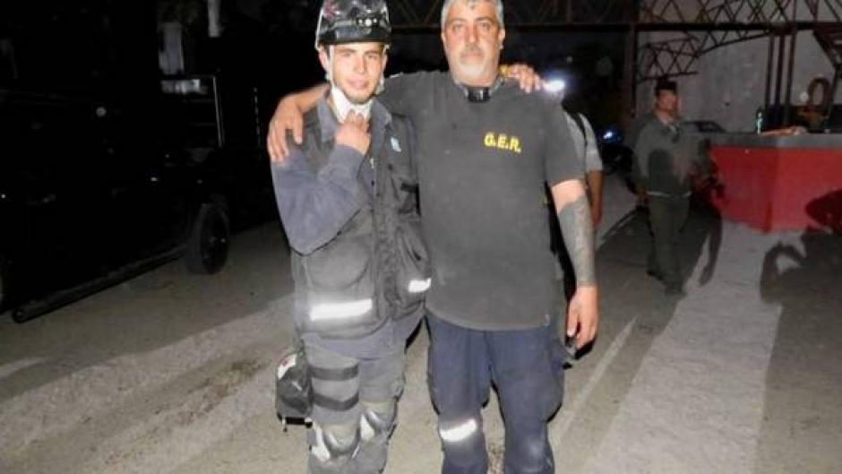 Javier Perrone se despidió de una manera muy emotiva de su hijo, quien también era rescatista. (Foto: Clarín)