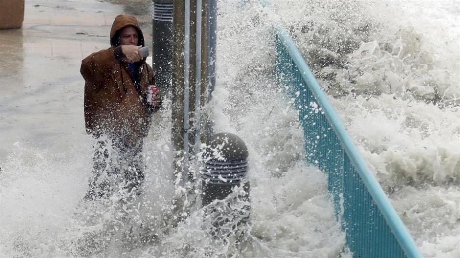 """Un intrépido hombre se hace una """"selfie"""" en medio de los fuertes vientos. (Foto: lanacion.com.ar)"""